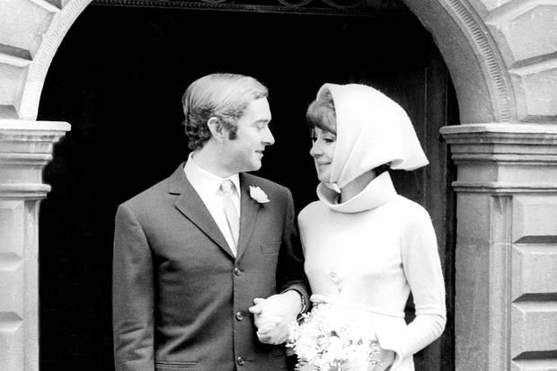Audrey Hepburn heiratet 1969 den Italiener Andrea Dotti in der Schweiz und trägt dabei ein Minikleid von Givenchy.