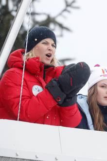 11. März 2018  Beim Holmenkollen Skifestival feuert Mette Marit die Teilnehmer ordentlich an. Prinzessin Ingrid Alexandra und Kronprinz Haakon beobachten dick eingepackt das Spektakel.