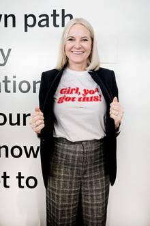 """8. März 2018  Passend zum Weltfrauentag präsentiert Mette Marit ihr Shirt mit der Aufschrift """" Girl, you got this!"""", was so viel heißt wie """"Mädchen, du schaffst das!"""" Die Kronprinzessin ist nach New York gereist und hält dort anlässlich des Weltfrauentages eine Rede."""