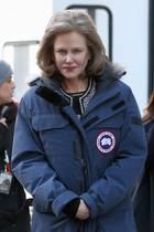 """Sonst kennt man Nicole Kidman nur mit absolut faltenfreier Haut. Für den Film """"The Goldfinch"""" lässt sie sich jedoch älter schminken und wirkt plötzlich wie ein komplett anderer Mensch."""