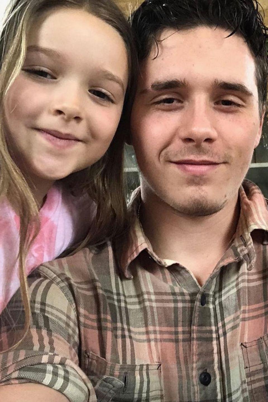 10. März 2018  Große Freude über die Heimkehr des ältesten Sohnes Brooklyn Beckham. Da wird doch gleich mit Mama Victoria und Schwester Harper Seven ein Selfie geschossen.