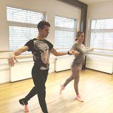 Und eins uns zwei... Charlotte Würdig macht sich sehr gut beim Training mit dem Profitänzer Valentin Lusin.