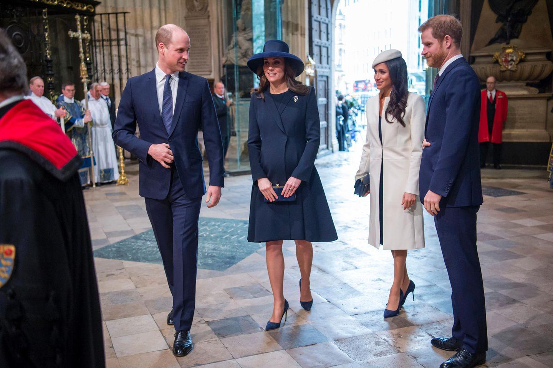 Die britische Königsfamilie trifft in der Kirche ein: Prinz William und sein Bruder Prinz Harry flankieren stolz ihre schönen Damen Catherine und Meghan.