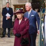 Königin Elizabeth II. betrachtet die beeindruckende Commonwelth-Zeremonie.