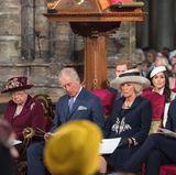 Königin Elizabeth II., Prinz Charles, Herzogin Camilla, Prinz William und Herzogin Catherine sitzen in der ersten Reihe. Hinter ihnen ist eine stolze Meghan Markle zu sehen. Während ihres ersten öffentlichen Auftritts mit der Queen möchte sie einen guten Eindruck machen.