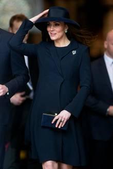 Die schwangere Herzogin Catherine hat vor der Kirche mit windigen Angelegenheiten zu kämpfen
