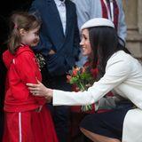 Was Harry kann, kann Meghan schon lange: Auch die schöne Verlobte des Prinzen lässt Kinder vor Freude strahlen.