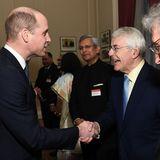 Unterhaltung mit einem ehemaligen Premier: Prinz William undJohn Major reichen sich die Hand.