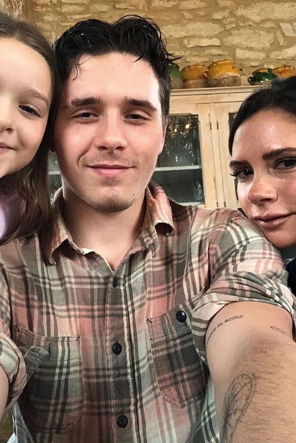 Brooklyn Beckham postet anlässlich des englischen Muttertages diesen süßen Schnappschuss mit Mutter Victoria und der kleinen Schwester Harper.