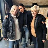 11. März, der britische Muttertag steht vor der Tür. Viele Stars haben über Instagram Muttertags-Bilder gepostet. So auch Victoria Beckham: Sie zeigt sich mit ihrer Mutter Jackie Adams (li.) und Schwiegermutter Sandra.