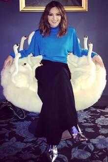 10. März 2018  Liebhaber von skurrilen Möbelstücken werden diesen Sessel lieben: Moderatorin Nazan Eckes macht es sich auf flauschigen Schwänen bequem.
