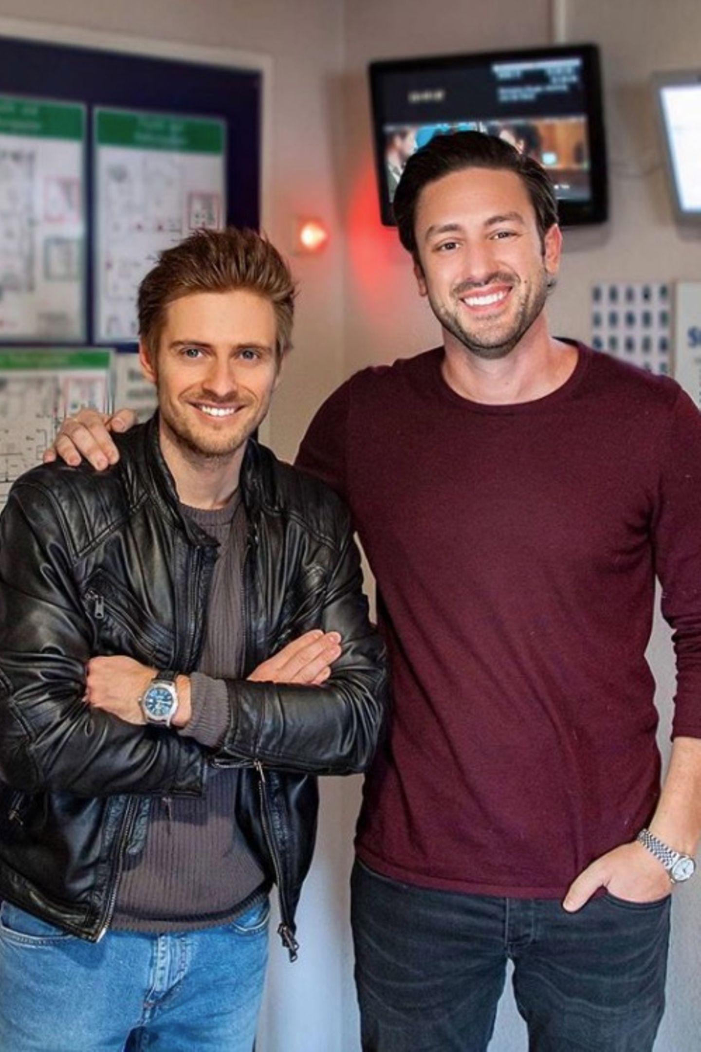 27. Februar 2018  Schauspieler Jörn Schlönvoigt freut sich, Bachelor Daniel Völz durch das Studio Babelsberg zu führen.