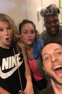 7. März 2018  Jessica Alba (m.) meint es wirklich ernst: Total verschwitzt posiert die Schauspielerin mit Freunden und Trainern nach dem dritten Workout des Tages.