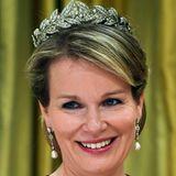 Königin Mathildes Auswahl an Diademen ist nicht so üppig, wie die ihrer Amtskollegin Màxima aus den Niederlanden, die auf eine große Kollektion zurückgreifen kann.  So trägt Belgien Königin beim Staatsbesuch in Kanada einmal mehr die Lorbeerkranz-Tiara, die ein Hochzeitsgeschenk war. Sie ist eine von zwei Tiaras, die Mathilde bisher getragen hat.