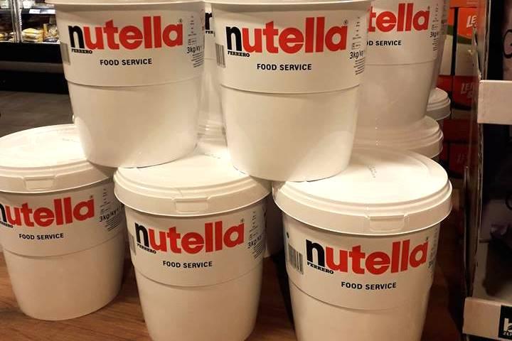 Diese Nutella-Eimer gibt es in einem Edeka-Markt in NRW.