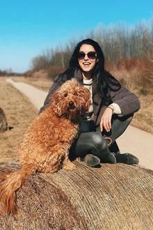 Rebecca Mir und ihre Hündin Macchia genießen die Natur bei einem Spaziergang. Das muss natürlich mit einem Schnappschuss für die Instagram-Fans festgehalten werden.