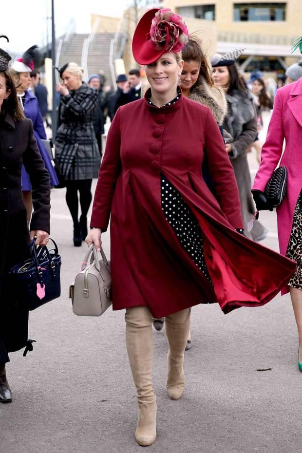 """14. März 2018  Ihre eigene Karriere im Sattel kann die Queen-Enkeltochter durch ihre Schwangerschaft erstmal nicht verfolgen. Als Pferdebegeisterte ist sie aber zu Gast beim """"Ladies Day"""" auf der Rennbahn von Cheltenham."""