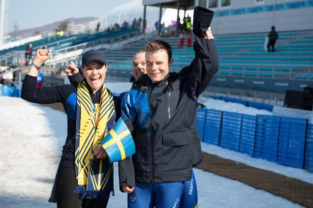 Wie sympathisch! Prinzessin Victoria ist aktuell bei den Paralympischen Spielen in Pyeongchang zu Gast und zeigt sich in einem sportiven Look mit Fanschal und schwedischer Nationalflagge.