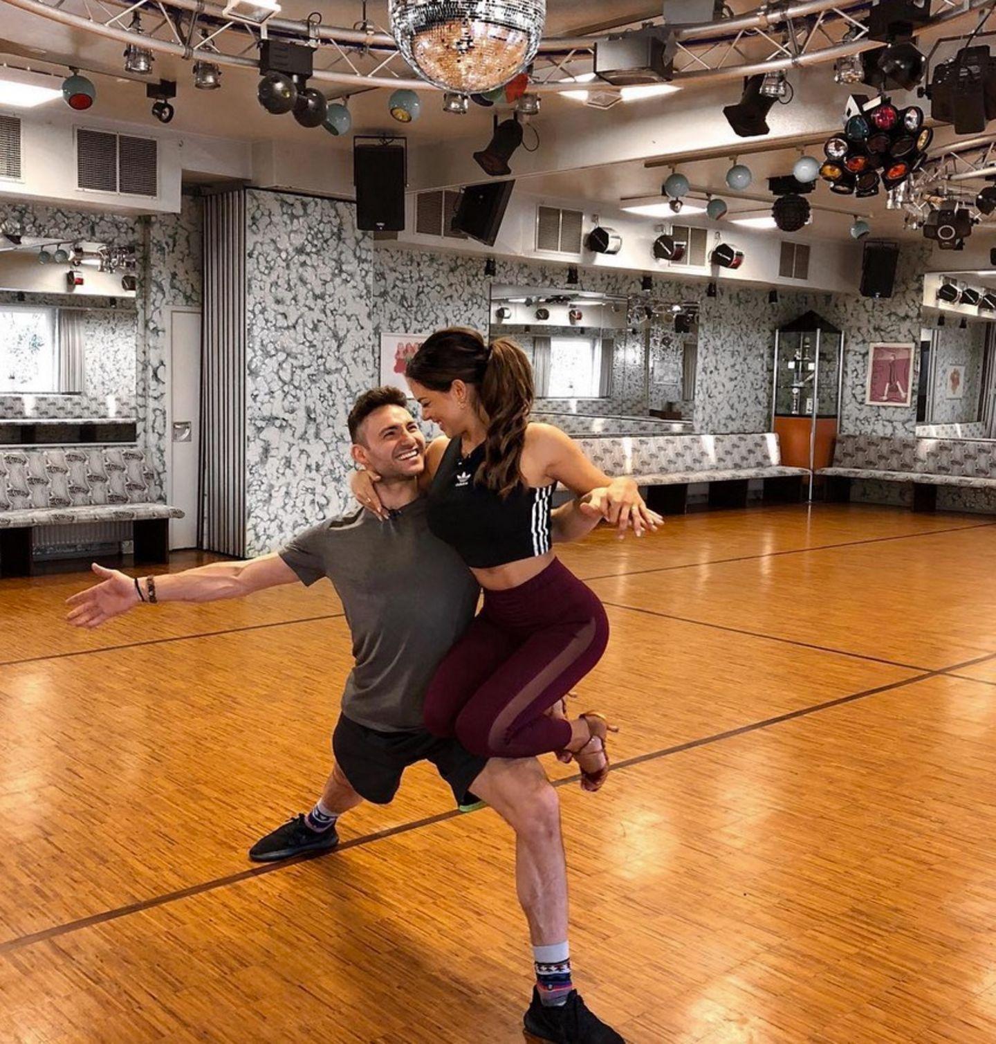 Das sieht ja schon super aus, Jessica! Die Bachelorette und Tanzpartner Robert Beitsch trainieren Tanzpositionen für die nächste Show.