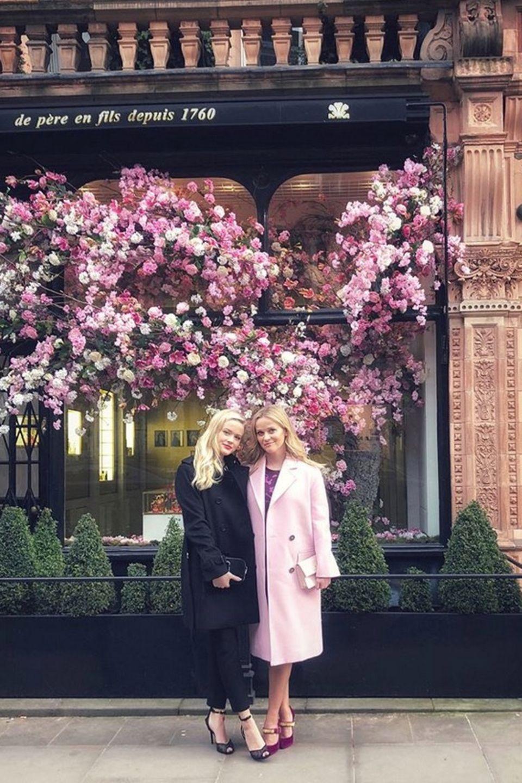 Zum Verwechseln ähnlich sehen sich Reese Witherspoon und Tochter Ava. Bei einem Besuch in London posen Mutter und Tochter für ein Instagram-Bild.