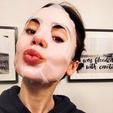 Schauspielerin Lilly Collins gönnt ihrer Haut eine Extraportion Pflege mit einer luxuriösen Tuchmaske von Lancome.