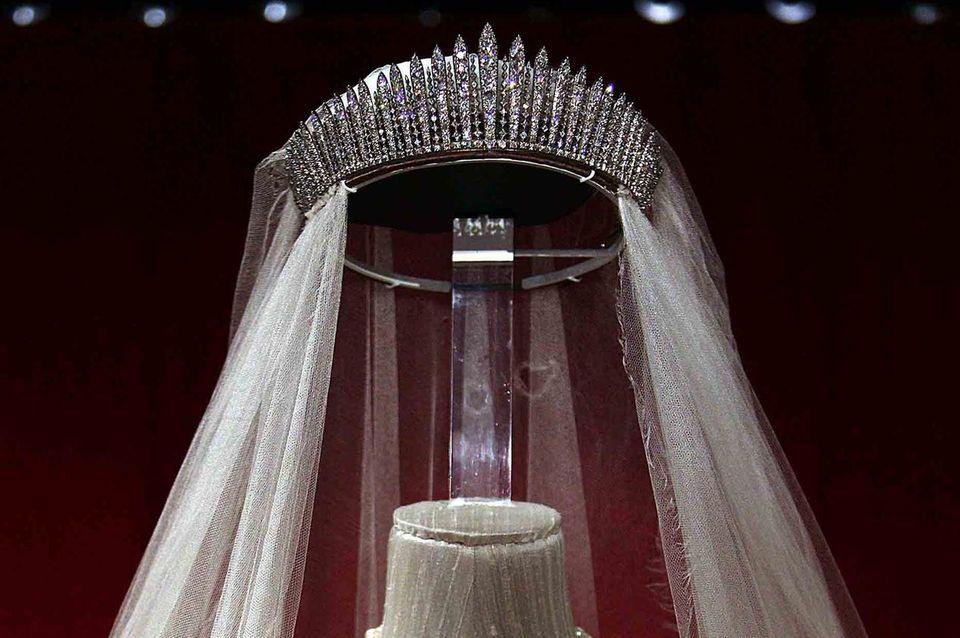 Als die heutige Queen 1947 vor den Traualtar trat, trug sie ein Diadem, das einst ihrer Großmutter Queen Mary gehörte. Sie lieh es später an ihre Tochter Prinzessin Anne, so dass es wieder Hochzeitsdiadem wurde.