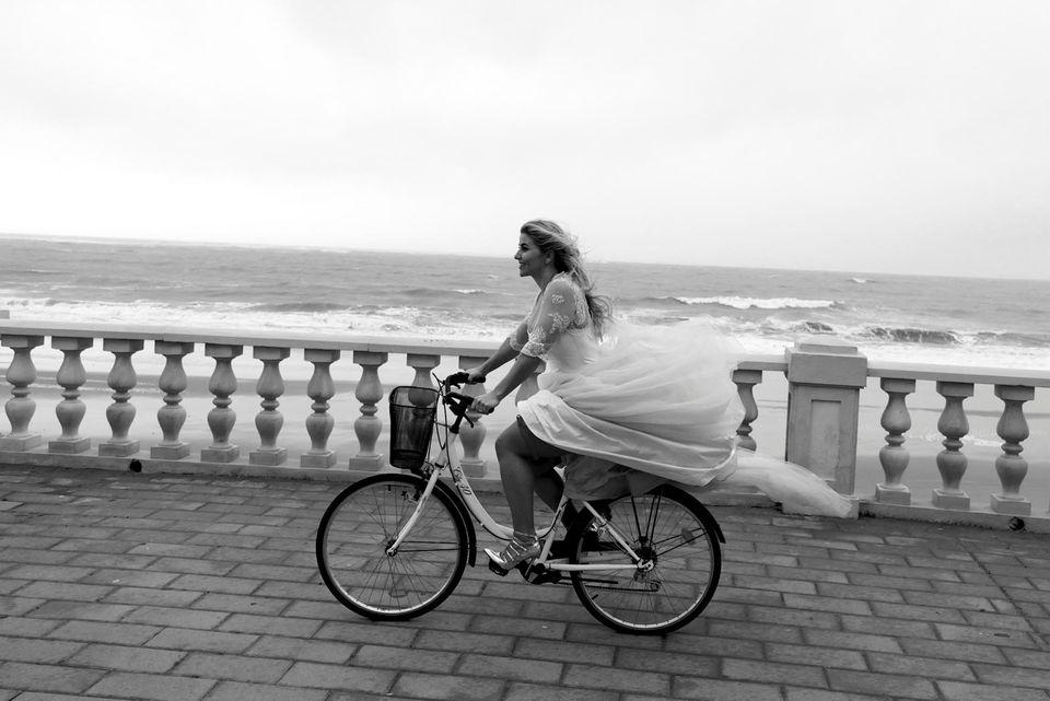 Beatrice Egli radelt im Hochzeitskleid am Meer entlang