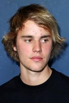 Nicht gut drauf, Justin? Der Biebs zeigt sich bei einer Premiere in Los Angeles im Schlabberlook und extrem unreiner Haut. Ob die für seine schlechte Laune verantwortlich ist? Oder hat die angebliche Trennung von On-/Off-Freundin Selena Gomez damit etwas zu tun?
