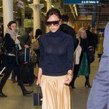 Hochgeschlossen mit Rollkragenpullover und einem frühlingsgelben Maxirock (natürlich eine Eigenkreation) ist Victoria Beckham unterwegs in Paris. Doch trotzdem zeigt Posh bei diesem Outfit mehr, als ihr vermutlich lieb ist ...
