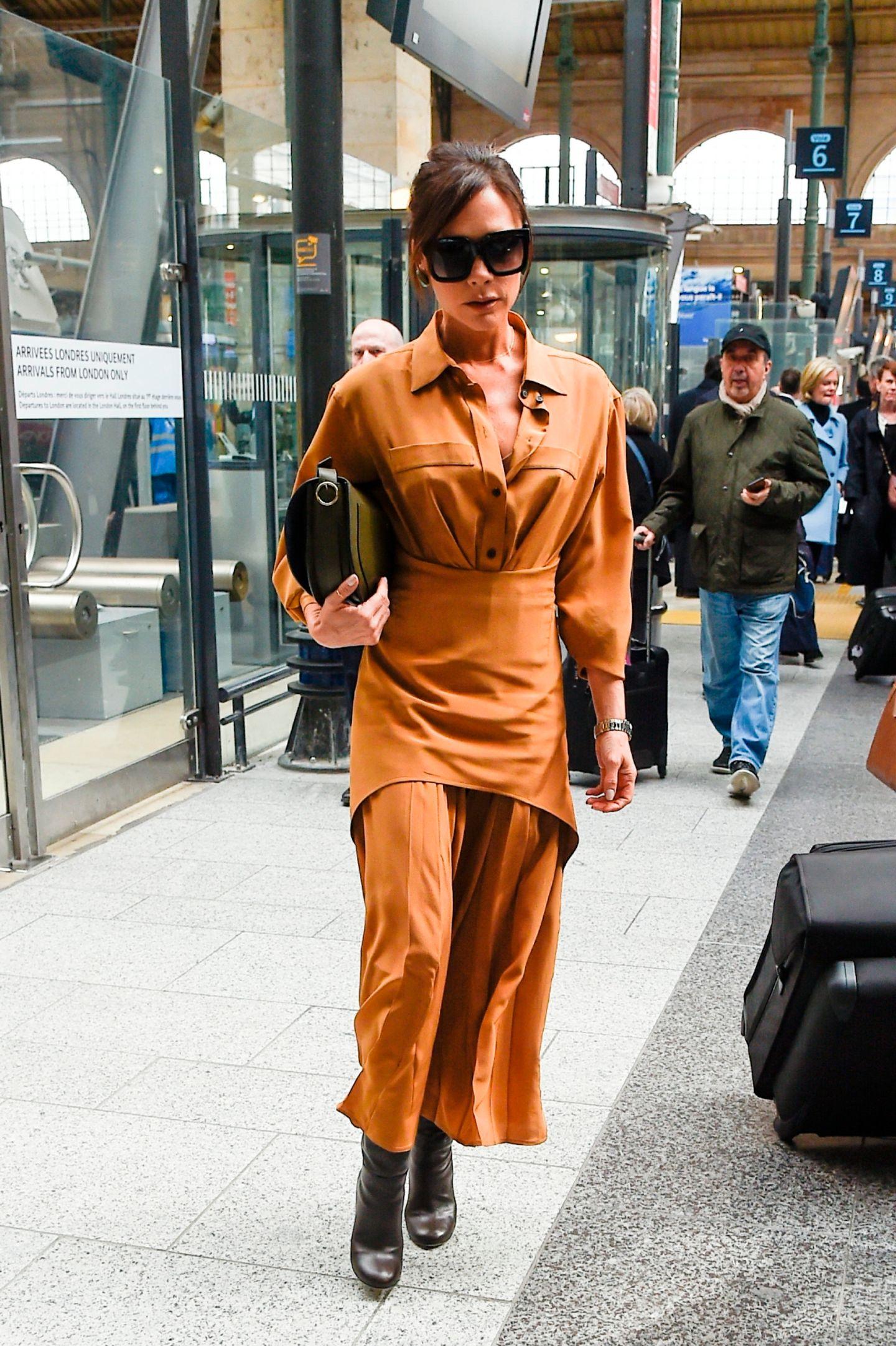 Kein Look, der nicht sitzt: Victoria Beckham ist auf dem Weg zu einem Lunch und trägt ein camelfarbenes Shirtdress aus ihrer eigenen Herbst-/Winterkollektion 2018. Natürlich darf die obligatorische Sonnenbrille nicht fehlen.