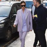 """Und schon wieder ein absolutes """"Haben-Wollen-Outfit"""": Victoria Beckham trägt auf dem Weg zu ihrem Londoner Shop einen fliederfarbenen Hosenanzug mit mintfarbenen Heels. Besonders lässig: Die farblich passende Clutch wird einfach in der Blazertasche verstaut. Praktisch!"""