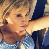 Carmen Geiss postet dieses Selfie von sich aus dem Urlaub in Dubai. Sofort fallen ihre strahlend blauen Augen und ihre buschigen Augenbrauen auf. Die Fans sind sich sicher, dass Carmen ihr tolles Aussehen auf diesem Bild einer Photoshop-App zu verdanken hat. Tatsächlich ist es jedoch ein Filter der App Snapchat, der die Haut glättet, die Augen strahlen lässt, und ein paar Härchen über ihre Brauen zaubert. Dass Carmen ein großer Fan der App ist, ist kein Geheimnis...