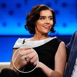 """In der Talkshow """"SWR Nachtcafé"""" haben Nathalie Volk und Frank Otto verraten, dass sie sich verlobt haben. Die 21-Jährige trägt einen Ring mit blauem Stein und deutet darauf hin, dass sich bei diesem Modell um ihren Verlobungsring handelt: """"Vielleicht ist der Ring, den ich heute trage, bereits unser Verlobungsring"""", sagt sie."""
