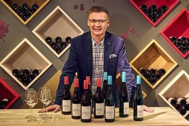 ALDI erweitert sein Wein-Sortiment um einen Rot- und einen Weißwein von TV-Moderator Günther Jauch. Ab dem 19. März werden die Weine bei ALDI Nord und ALDI SÜD im Standardsortiment für jeweils 5,99 Euro angeboten.