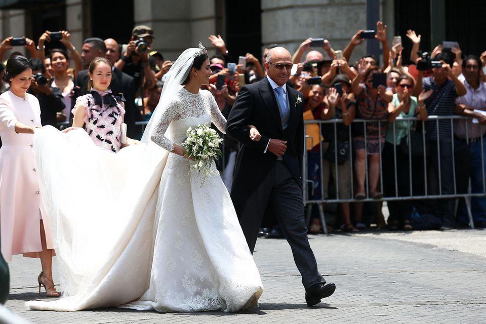 Das traumhafte Brautkleid von Alessandra von Hannover hat eine schöne, lange - aber auch nicht zu ausladende Schleppe. Das perfekte, royale Brautkleid von dem spanischen Designer Jorge Vazquez.