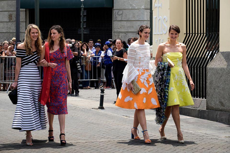 Prinzessin Maria-Anunciata (l.) und Prinzessin Marie-Astrid von und zu Liechtenstein (2.v.l.) sowie zwei weitere Gäste zeigen sich im farbenfrohen Mustermix
