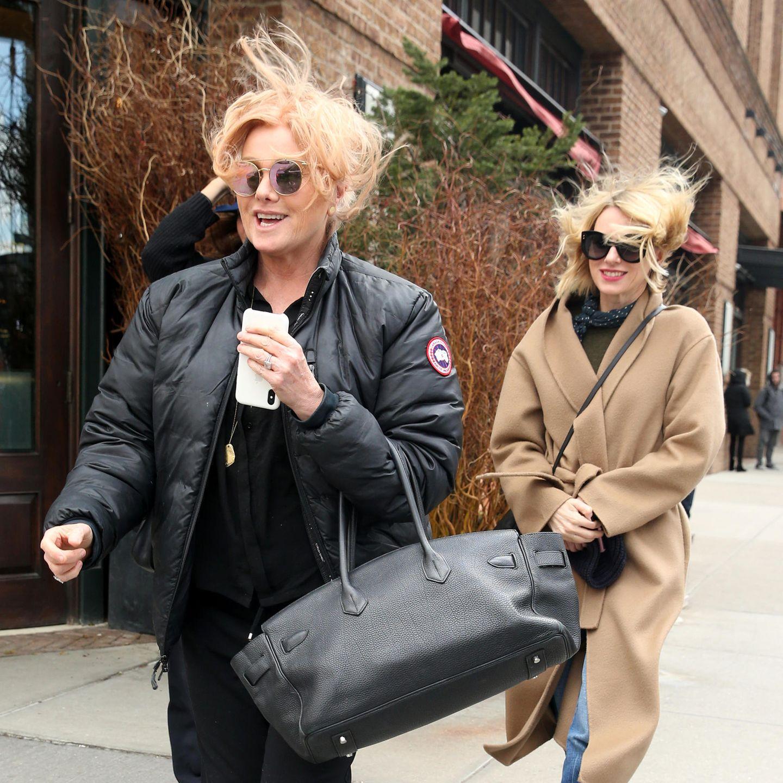 16. März 2018  In New York kann es ziemlich windig werden! Und das kamen jetzt gleich zwei Stars auf einmal zu spüren. Deborra Lee-Furness und Naomi Watts lachen ihr unfreiwilliges Wuschel-Styling aber gekonnt weg.