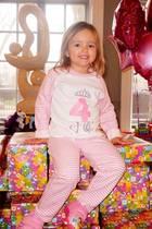Ein Raum voll von Geschenken auf denen sie thronen kann - so feiert Fifi Ecclestone ihren vierten Geburtstag. Danach hat ihre Mama Tamara zu einer riesigen Einhorn-Party geladen.