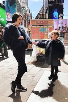 Wuaaah! Die süße Ioni wird von Mama Coco Rocha mit ihrem ersten Musical-Besuch in New York überrascht, und dafür haben sich die beiden im kuscheligen Partnerlook besonders schick gemacht.