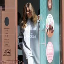 Hätten Sie Heidi Klum so auf der Straße erkannt? Im sportlichen Schlabber-Look und mit den Haaren tief im sonnenbebrillten Gesicht tut der GNTM-Star nämlich alles dafür, keine Aufmerksamkeit bei den Paparazzi in L.A. zu erregen. Geklappt hat das nicht.
