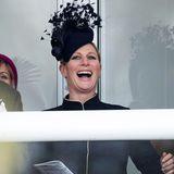 Schwanger macht lustig! Auf der Tribüne hat Zara Philips beim Anfeuern ihren Spaß, und das farblich zum dunkelblauen Outfit passende Hütchen mit dem feinteiligen Feder-Look kommt dabei auch in Bewegung.