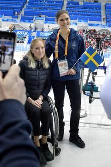 16. März 2018    Prinzessin Victoria besucht die Paralympics in Pyoengchang, um sich da Eishockeyspiel zwischen Schweden und Japan anzuschauen und auch, um mit den schwedischen Athleten zu plaudern, hierEbba Einarsson.