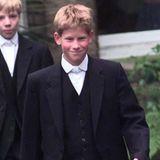 """1998  Voller Stolz spaziert Prinz Harry im Alter von 13 Jahren zum ersten Mal über den Hof des """"Eton Colleges"""", in dem auch Prinz William zur Schule geht."""