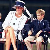 1995  Wow, hat der einen Sprung gemacht! Prinz Harry ist zwar noch kein Teenager, scheint aber deutlich gewachsen zu sein.