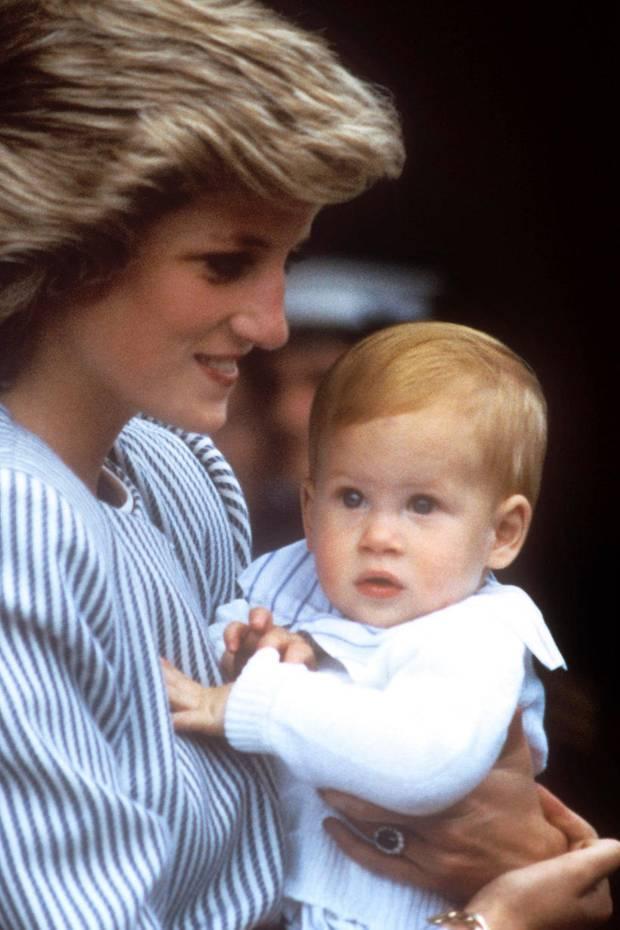 1985  Im zarten Alter von einem Jahr entzückt der kleine Harry alle mit seinen großen, runden Kulleraugen. Schon damals ist deutlich zu sehen: Der Junge wird rothaarig.