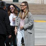 Modelmama Heidi Klum sehen wir selten mit Brille. Zu ihrem lässigen Look bestehend aus Jeans, Shirt und langem Mantel passt das dunkle Modell jedoch perfekt. Ihre Haare trägt die GNTM-Jurorin zu einem Half-Bun aus dem Gesicht geknotet und setzt die coole Sehhilfe so perfekt in Szene.