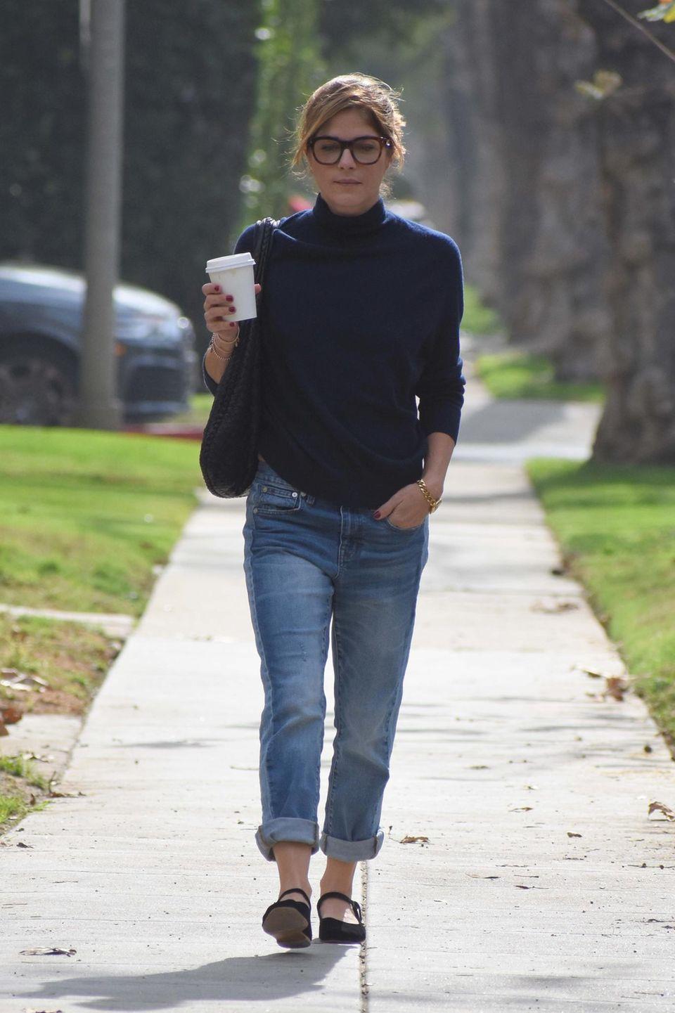 Schauspielerin Selma Blair zeigt sich bei einem entspannten Spaziergang in Jeans, Pullover und Ballerinas. Kaffee, Brille und ein lockerer Zopf machen den Sonntagslook perfekt.