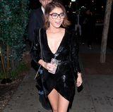"""Zu ihrem tief ausgeschnittenen Glitzerkleid kombiniert """"Modern Family""""-Star Sarah Hyland eine große Brille mit dunklem Gestell. Ob sie die während der gesamten Partynacht aufbehielt oder nur für den Weg aufsetzte, bleibt ihr Geheimnis."""