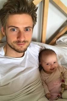 17. März 2018  Zuckersüß! Jörn Schlönvoigt entspannt gemeinsam mit Töchterchen Delia im Bett.