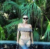 ... der gestreifte Bikini mit Off-Shoulder-Oberteil? Wir finden Lena stehen beide Styles sehr gut. Ein wenig Abwechslung im Urlaub ist ja nie verkehrt.